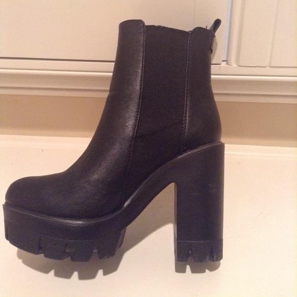Size 6. About 3 inch chunky heel. M 5b234a3334a4ef137a262dda